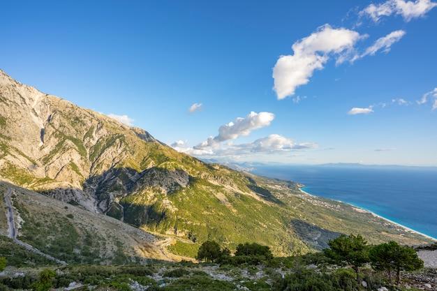 O belo cenário natural das montanhas.