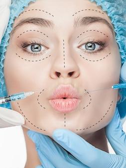 O belo rosto feminino com rugas durante a operação de cirurgia plástica de cosmetologia