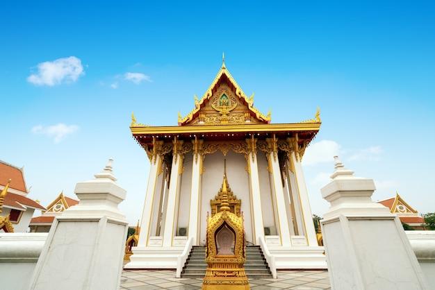 O belo templo budista tailandês é um lugar sagrado para o povo tailandês.