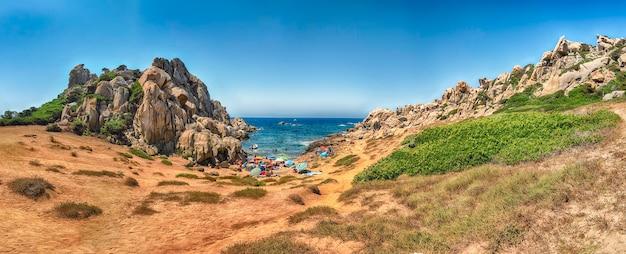 O belo vale da lua (ou valle della luna), praia pontilhada de rochas de granito e cavernas em capo testa, sardenha, itália