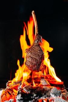 O bife é frito no fogo.