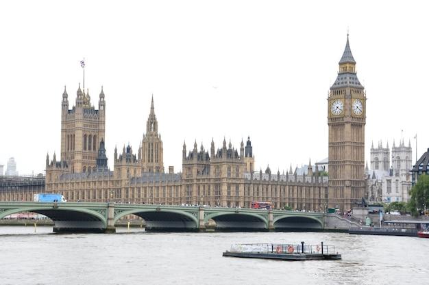O big ben, as casas do parlamento e a ponte de westminster em londres. 22 de julho de 2014 - londres. reino unido.