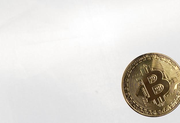 O bitcoin dourado em um fundo claro