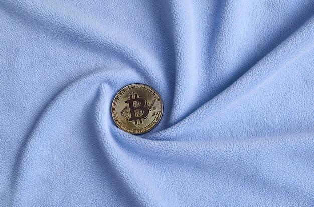 O bitcoin dourado encontra-se em um cobertor