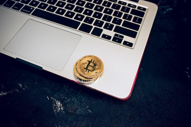O bitcoin dourado no teclado