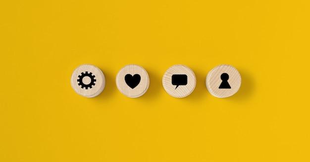 O bloco circular de madeira é colocado sobre um fundo amarelo, no bloco de madeira há um contrato exposto. conceito de bloco de madeira, banner com espaço de cópia para texto, cartaz, modelo de maquete.