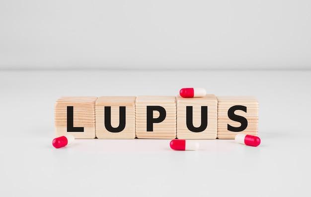 O bloco de madeira forma a palavra lupus. conceito médico.