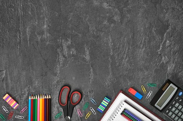 O bloco de notas em branco sobre a escola e material de escritório na mesa do escritório.