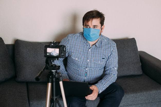 O blog de gravação de vídeos do homem diz como se proteger de 2019-ncov. o blogger fala sobre como usar lenços de álcool, termômetro.