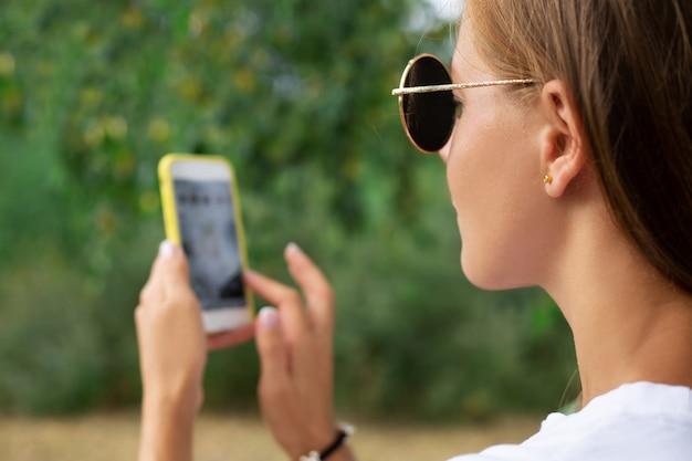 O blogger grava vídeo no smartphone