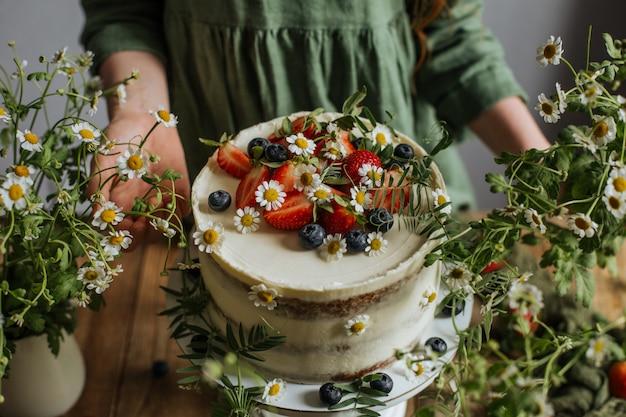 O bolo é decorado com frutas e flores