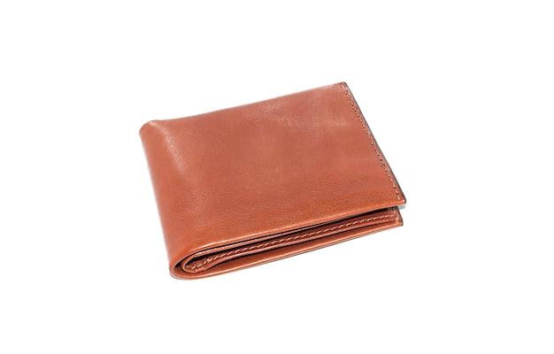 O bolso de couro isolado marrom com o fundo branco