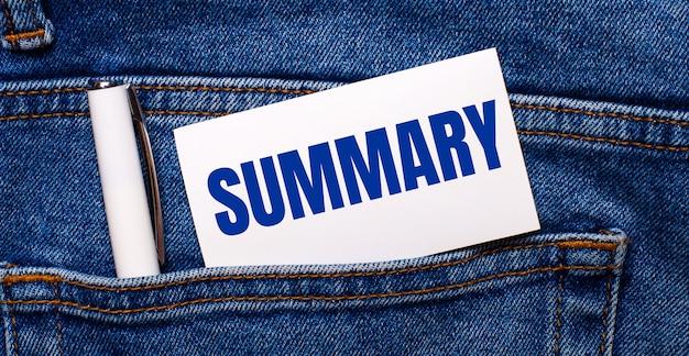 O bolso de trás da calça jeans contém uma caneta branca e um cartão branco com o texto resumo.