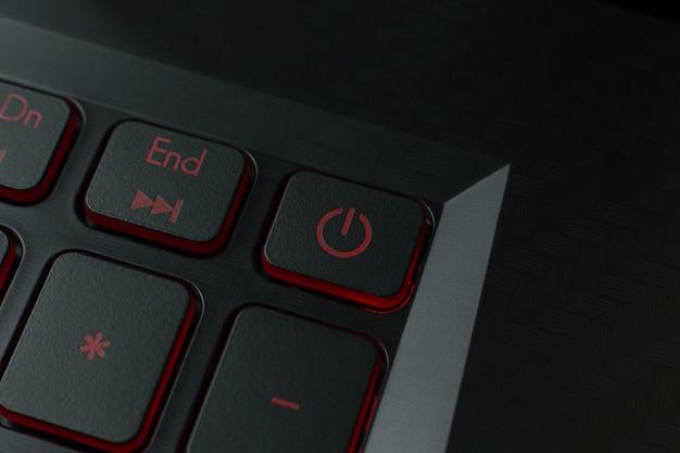 O botão vermelho do poder na imagem do portátil do teclado.