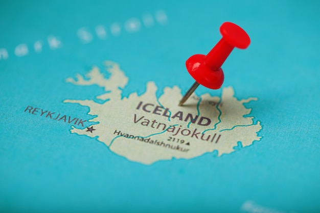 O botão vermelho indica a localização e as coordenadas do destino no mapa da iceland