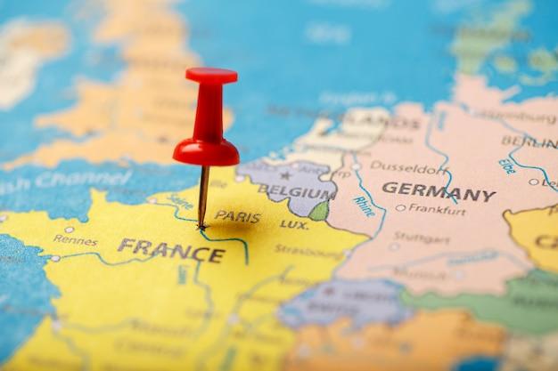 O botão vermelho indica a localização e as coordenadas do destino no mapa do país da frança.