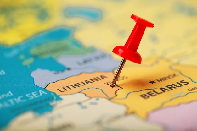 O botão vermelho indica a localização e as coordenadas do destino no mapa do país da lituânia.