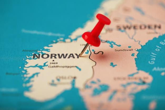 O botão vermelho indica a localização e as coordenadas do destino no mapa do país da noruega.
