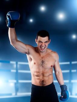O boxeador com cara de zangado levantou a mão.