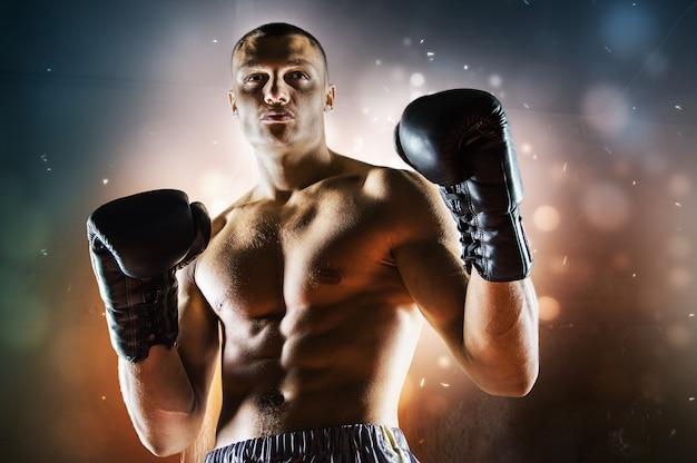 O boxeador profissional fica em posição de combate e olha ameaçadoramente para o inimigo