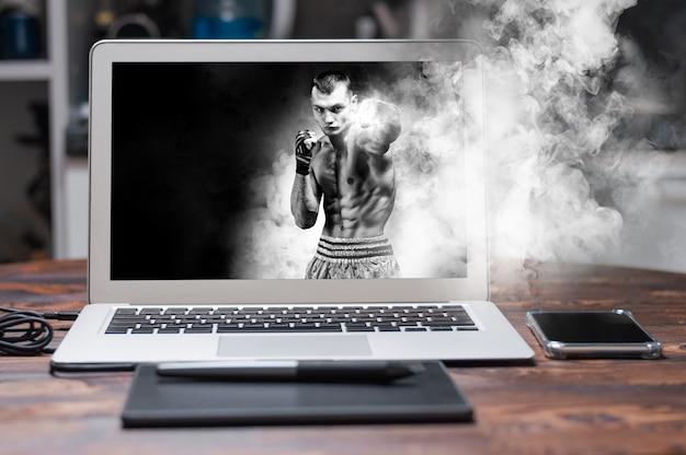 O boxeador tailandês fica no ringue e dá um soco na frente dele. o conceito de esportes, academias, clubes de boxe. mídia mista