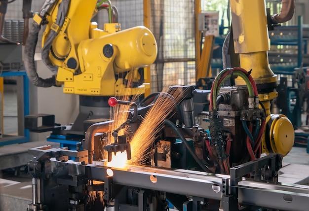 O braço do robô está na linha de produção