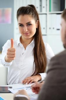O braço feminino mostra ok ou confirma durante a conferência no escritório