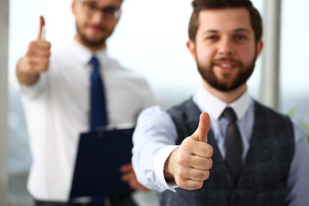 O braço masculino mostra ok ou confirma durante a conferência em close do escritório. produto de alto nível e qualidade oferece expressão de símbolo ok solução de mediação perfeita cliente feliz colega consultor criativo