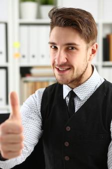 O braço masculino mostra ok ou confirma durante a conferência em retrato de escritório.