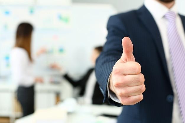 O braço masculino mostra ok ou confirma durante a conferência no escritório