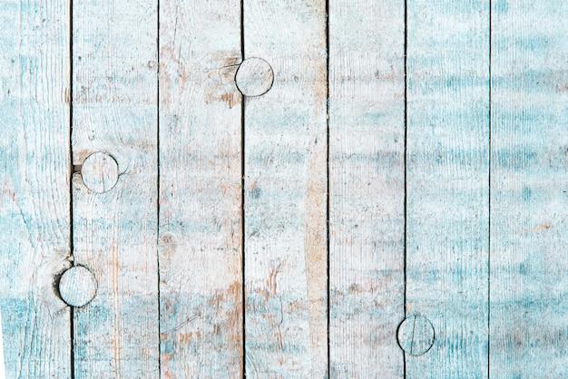 O branco e o azul desvaneceram o fundo natural de madeira velho dos pinheiros. textura aplainada áspera.