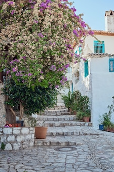 O branco mediterrâneo antigo estreita as ruas. turquia, marmaris. viajar no verão