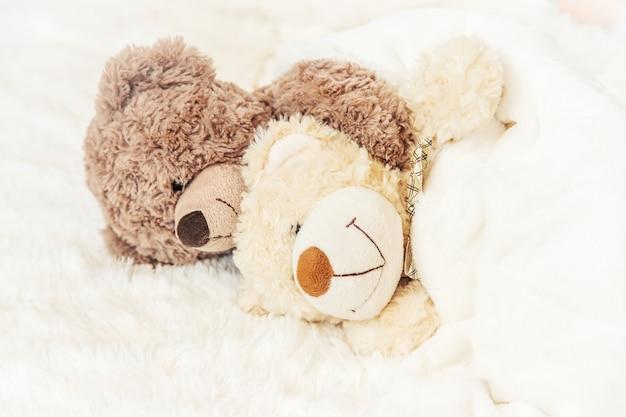 O brinquedo das crianças dorme debaixo do cobertor. copie o espaço. foco seletivo.