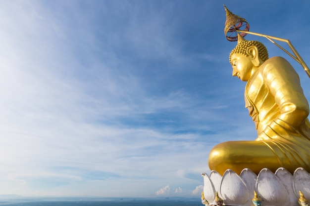 O buda dourado no topo da montanha, templo da caverna do tigre, krabi, tailândia