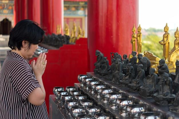 O budismo tailandês reza pela adoração da benção