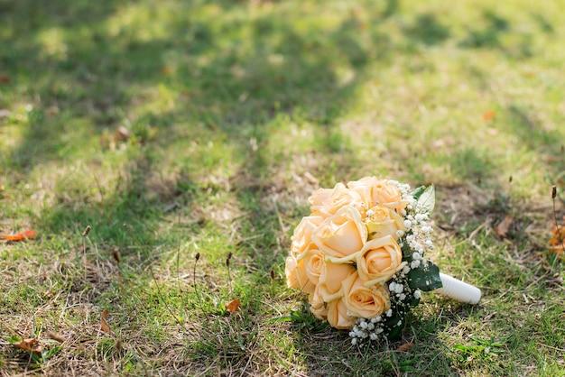 O buquê da noiva na grama. declaração de amor