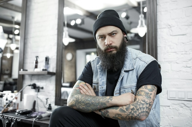 O cabeleireiro masculino em uma barbearia