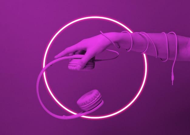 O cabo enrolado à mão contém fones de ouvido.