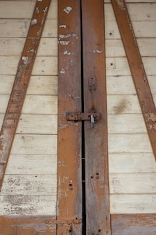 O cadeado em um antigo fundo de porta de madeira
