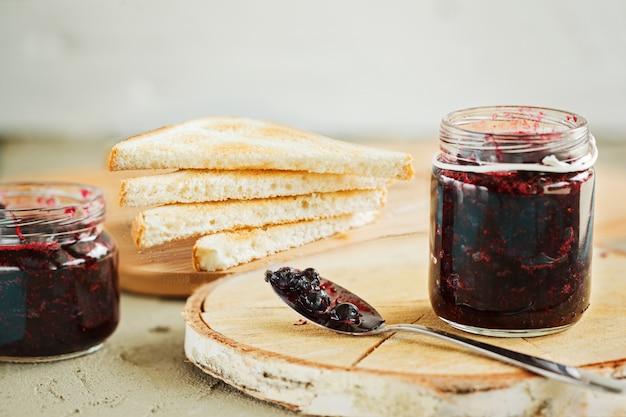 O café da manhã com brinde fresco e as bagas bloqueiam na tabela.