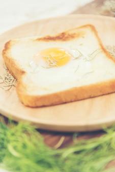 O café da manhã consiste em ovos fritos com pão e legumes.