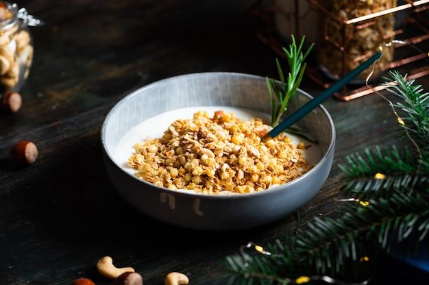 O café da manhã de natal consiste em granola com iogurte. muesli de natal com nozes. conceito de férias de inverno. comida saudável. lanche de aveia.
