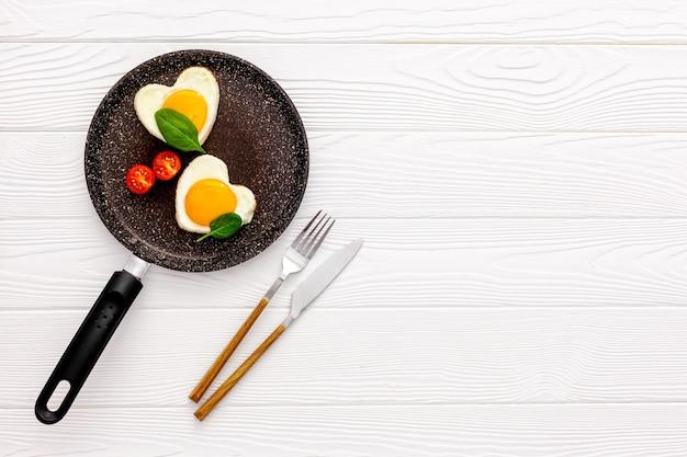 O café da manhã do dia dos namorados é ovos mexidos com formato de coração