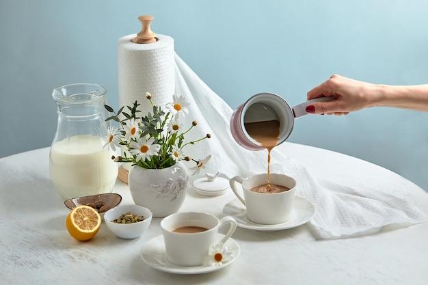 O café da manhã é servido em uma mesa com fundo azul claro. configuração do café da manhã sobre a mesa azul com borda do espaço de cópia. café com leite. postura plana