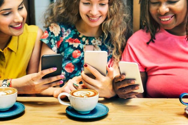 O café da refeição matinal da ligação da feminilidade ocasional socializa o conceito