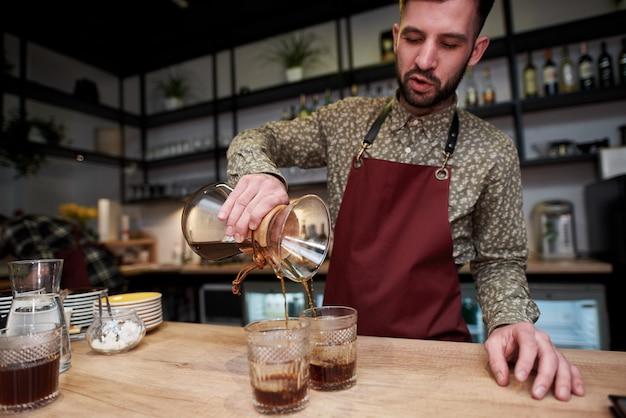 O café é feito por chemex. sabor inesquecível de café fresco