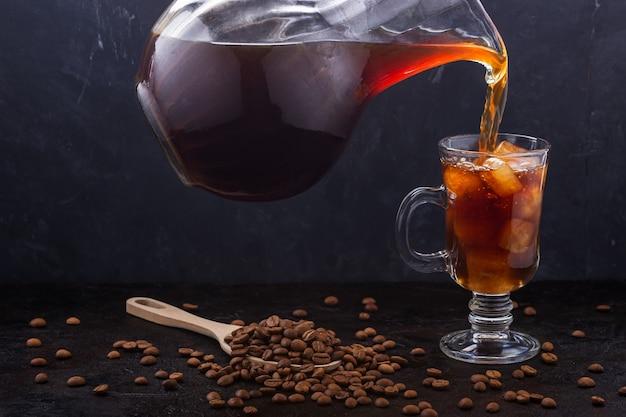 O café frio é servido em um copo de café gelado