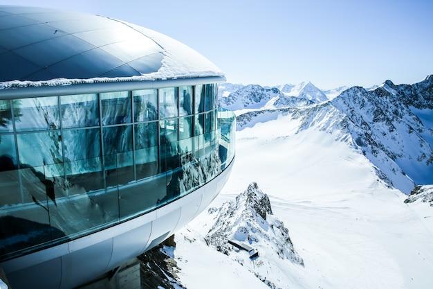 O café o mais elevado de áustria no pico de montanha em tirol, geleira de pitztal. alpes. áustria