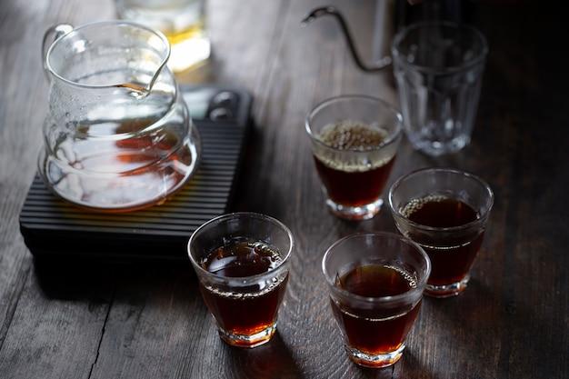 O café pinga na mesa, grãos de café moídos contidos em um filtro. conceito de pequeno-almoço.