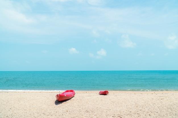 O caiaque e canoa na praia